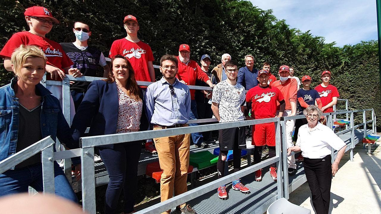 Players, leaders of the Club des Andelys de Baseball et Softball and elected representatives took their place in the new standard that was just inaugurated.