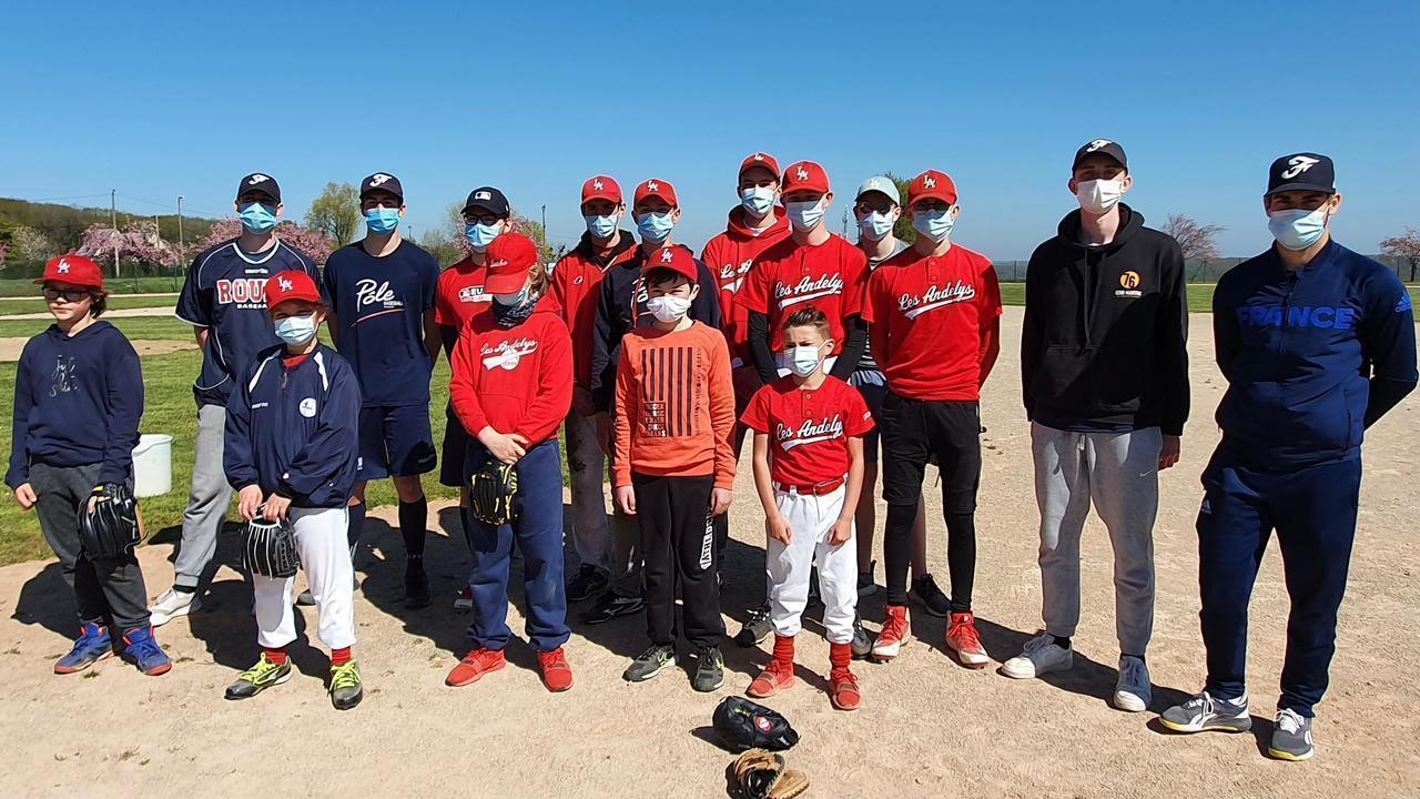 Dylan Gleeson (right) oversaw with three former cabs the spring training camp organized by Andelysien Baseball and the Softball Club on Friday.