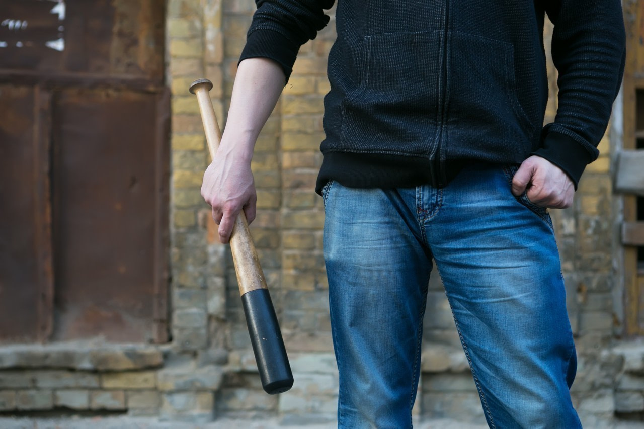 A homeless man was attacked by a person armed with a baseball bat on January 19, 2021. The incidents took place in front of the La Boussole home in Lens.